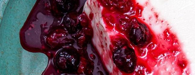 Urukum: Manjar de coco servido com calda rústica de frutas vermelhas