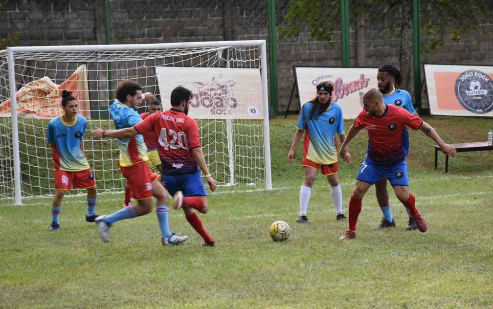Confronto entre time de Marcelo D2 (de azul) e da banda Scalene (de vermelho) no João Rock Futebol Clube — Foto: Rodolfo Tiengo/G1