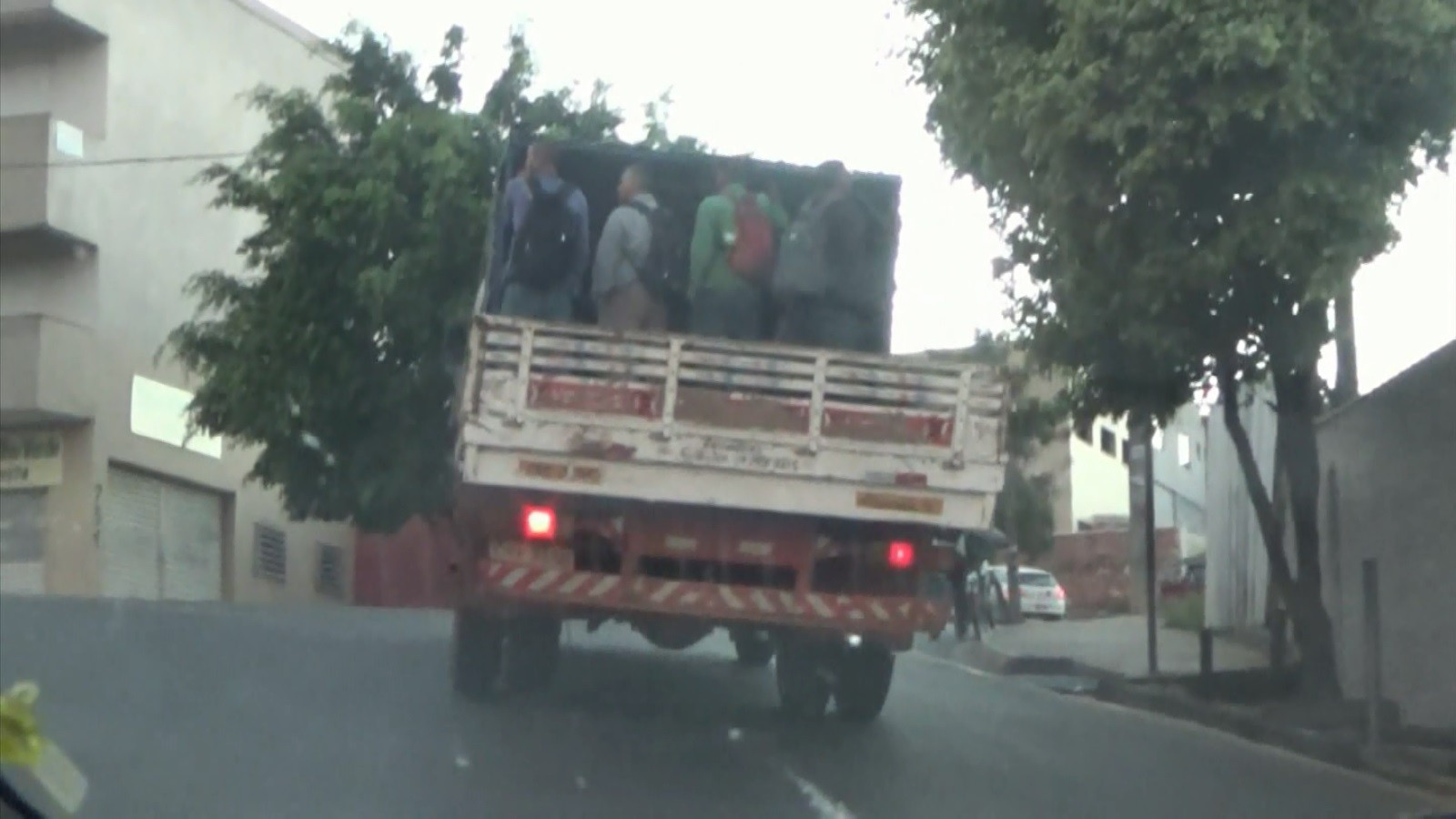 Flagrante mostra transporte irregular de trabalhadores em carroceria de caminhão - Notícias - Plantão Diário