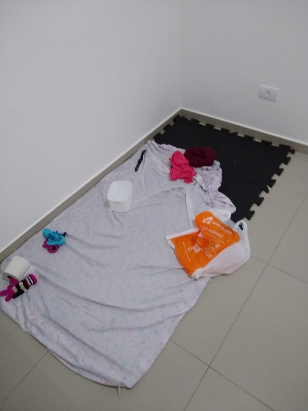 Menina que morreu por desnutrição em jejum em Ubatuba era obrigada a dormir no chão, segundo polícia — Foto: Arquivo pessoal