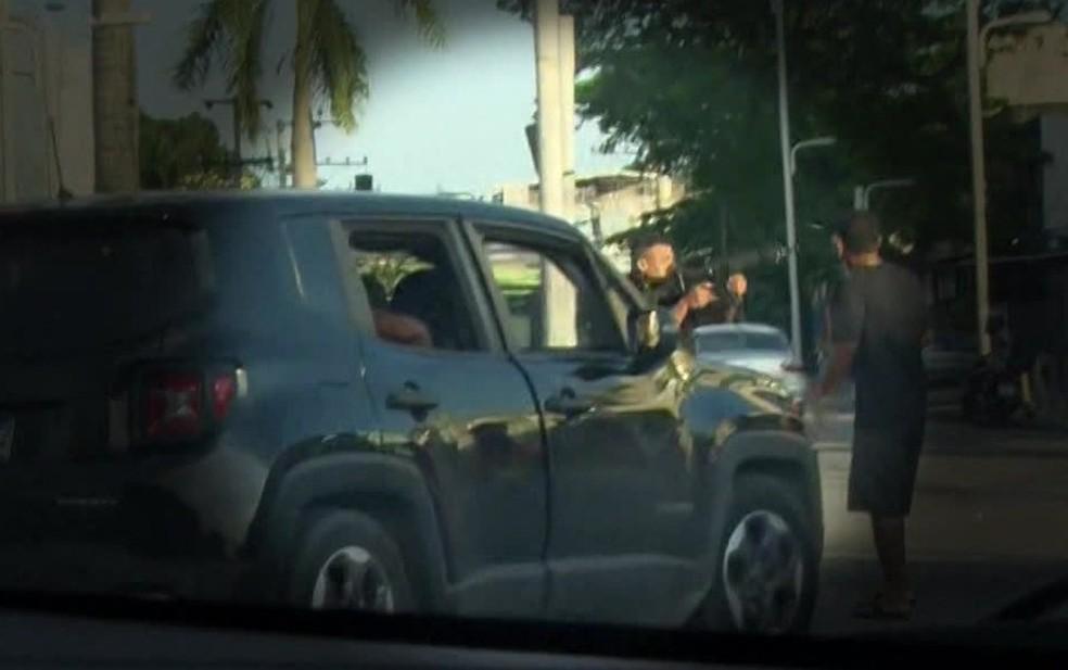 Policial dá tiro de fuzil contra manifestantes no Rio — Foto: Reprodução/GloboNews