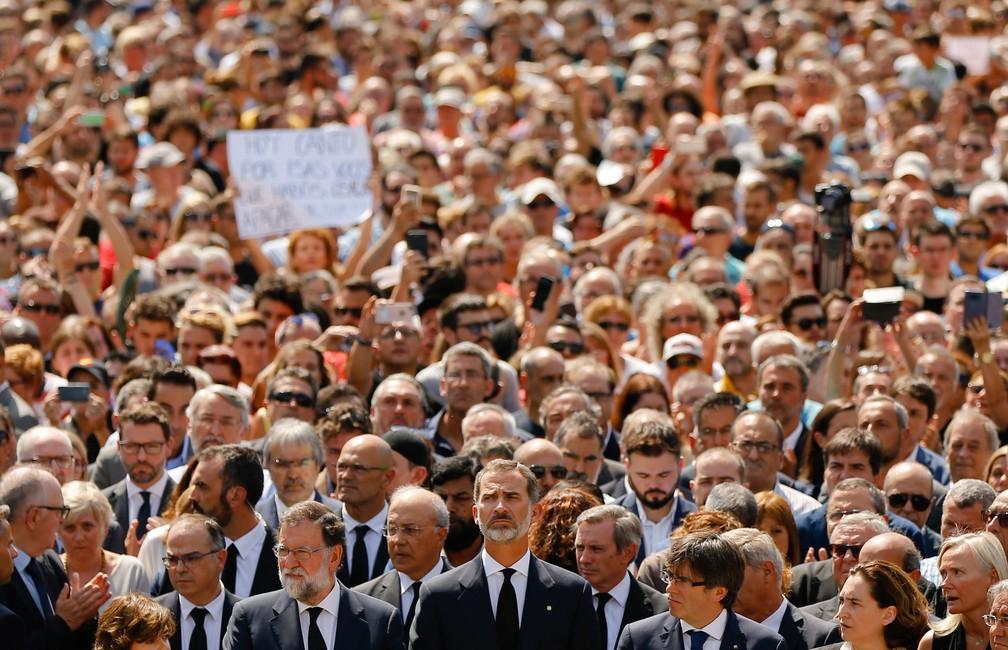 O rei Felipe, da Espanha, o primeiro-ministro, Mariano Rajoy, e o presidente regional da Catalunha, Carles Puigdemont, juntaram-se à multidão para o minuto de silêncio em memória dos atentados terroristas vítimas em Las Ramblas, em Barcelona, nesta sexta-feira (18)  (Foto: Francisco Seco/ AP)