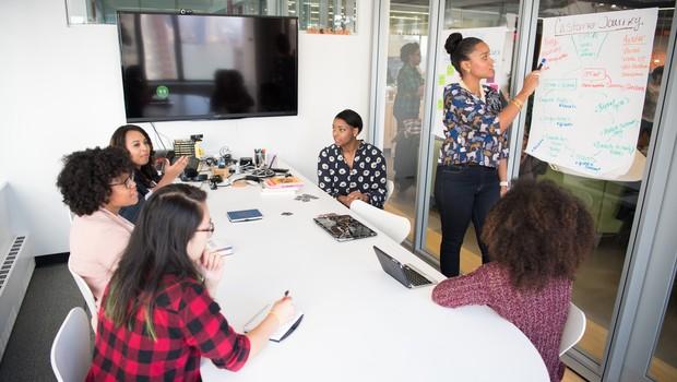 Promover mulheres à liderança ainda é desafio para empresas (Foto: Pexels)