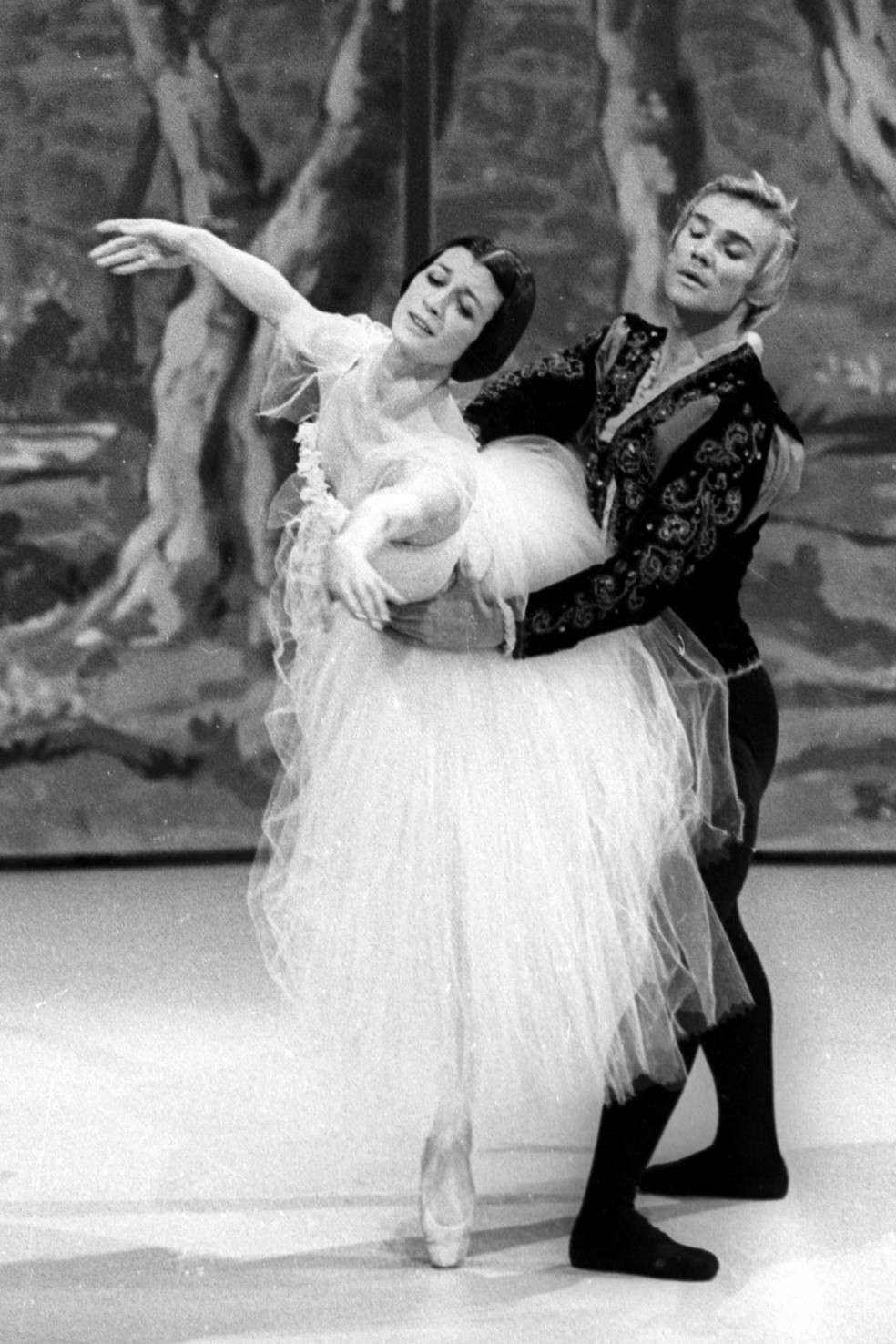 Vladimir Vassiliev, bailarino russo, e Carla Fracci apresentando 'Giselle' em Roma, Itália, em março de 1972. — Foto: Stringer/Ansa/AFP