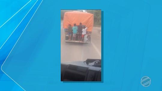 Crianças são flagradas 'pegando carona' na traseira de caminhão em Corumbá, MS; veja vídeo