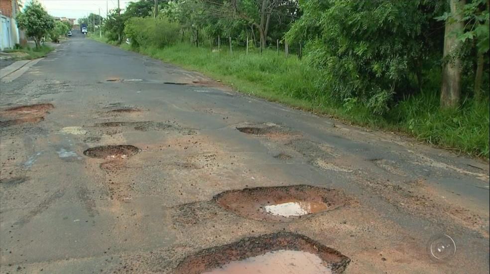 Buracos tomaram rua dos bairros Aroeira 1 e 2, em São José do Rio Preto (SP) (Foto: Reprodução/TV TEM)