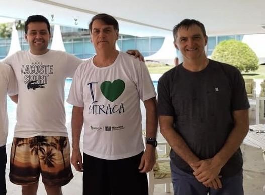O prefeito de Miracatu (SP), Vinícius Brandão, o presidente Jair Bolsonaro e seu irmão Renato Bolsonaro em visita ao Palácio do Planalto