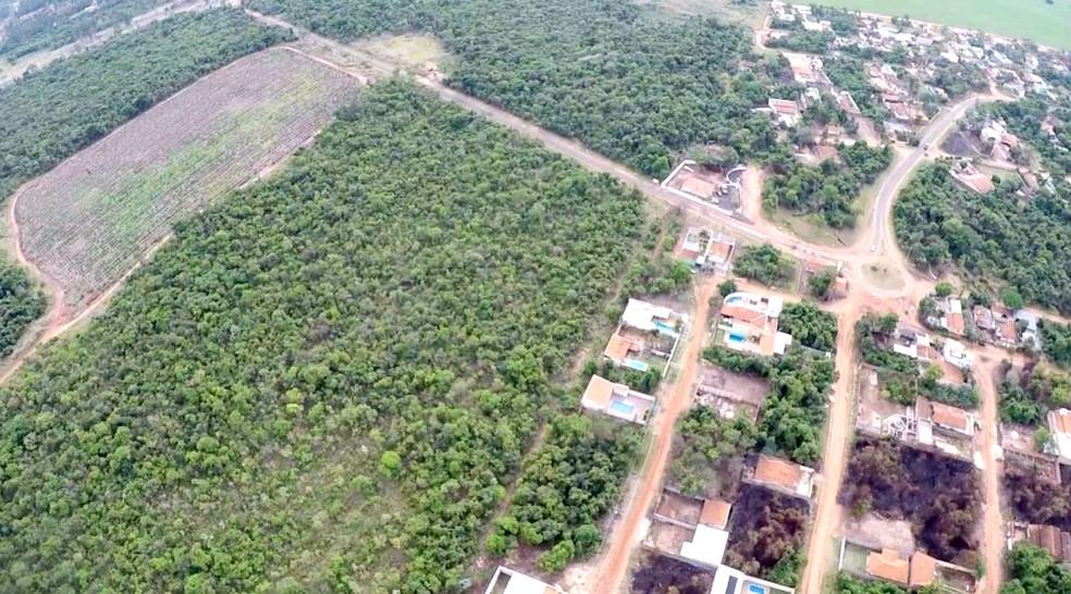 Desmatamento registrado por imagem aérea no Vale do Igapó, em São Paulo (Foto: TV TEM/Reprodução)