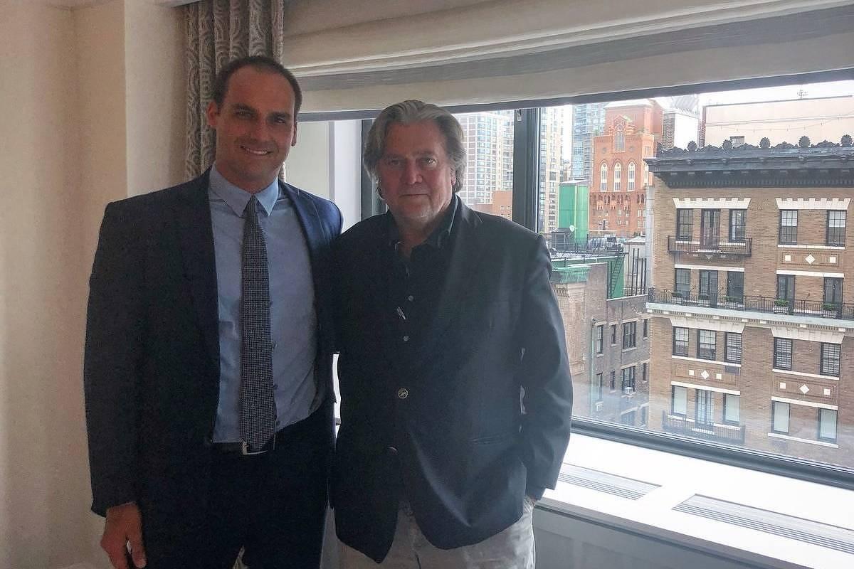Eduardo Bolsonaro e Steve Bannon se encontram no início da campanha e gera especulações.  (Foto: Reprodução / Twitter)