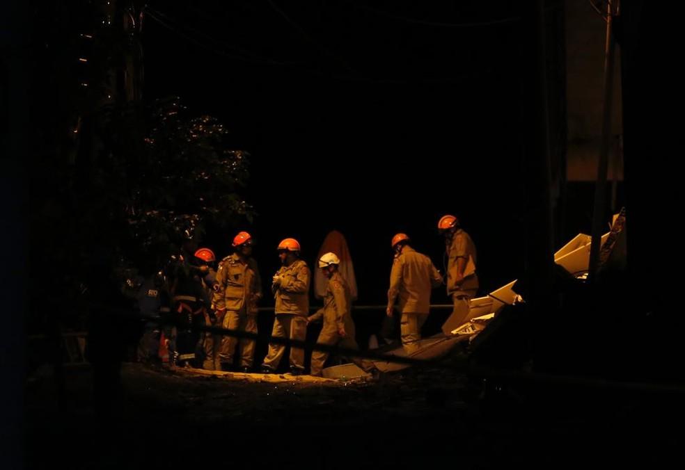 Bombeiros buscam por vítimas nos escombros de dois prédios que desabaram na comunidade da Muzema, na zona oeste do Rio de Janeiro — Foto: Marcos Serra Lima/G1