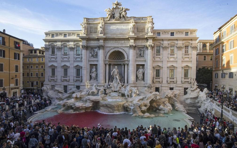 Vista da Fontana di Trevi, em Roma, após o ativista Graziano Cecchini despejar tinta vermelha no local, na quinta-feira (26) (Foto: Massimo Percossi/ANSA via AP)