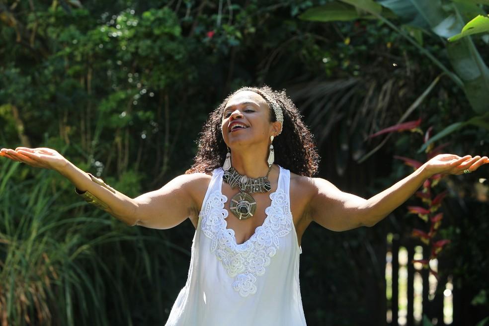 Com três discos solos gravados, Clécia vem construindo uma carreira permeada por uma cuidadosa pesquisa dos ritmos afro-brasileiros.  — Foto: Manu Dias/ Divulgação
