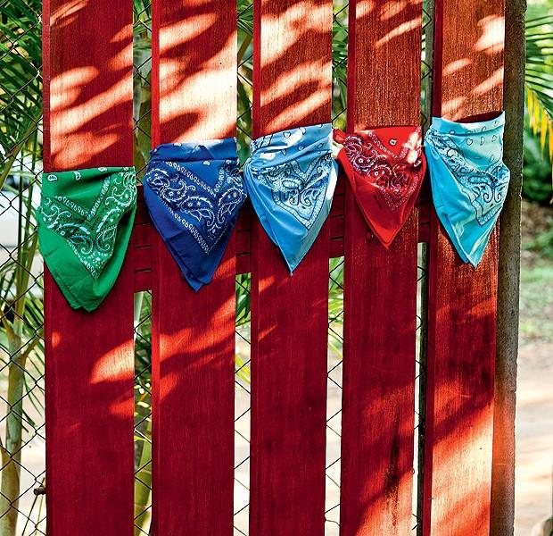 Em vez das bandeirinhas tradicionais, bandanas. Elas cumprem muito bem o papel de enfeitar o arraial com muito estilo. (Foto: Ricardo Corrêa/Editora Globo)