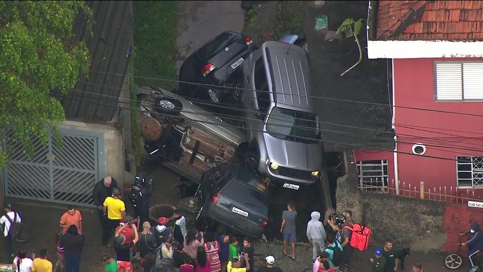 Carros ficam empilhados após chuva em SP — Foto: Reprodução