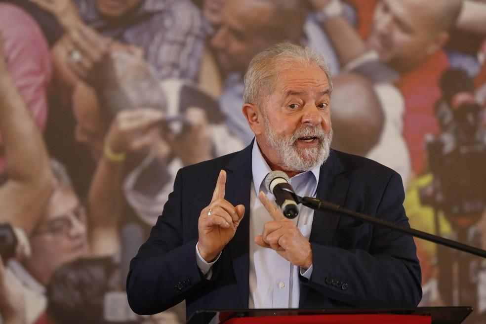 Lula durante pronunciamento na sede do Sindicato dos Metalúrgicos em São Bernardo do Campo, no ABC, nesta quarta-feira (10)  — Foto: Andre Penner/AP