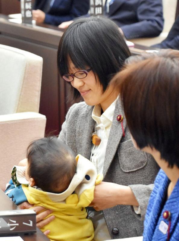A parlamentar Yuka Ogata, na Assembleia da cidade de Kumamoto