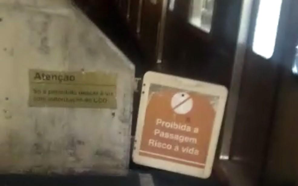 Homem estava tentando subir na plataforma do metrô, quando trem chegou, na noite da sexta-feira (24), no Recife — Foto: Reprodução/WhatsApp