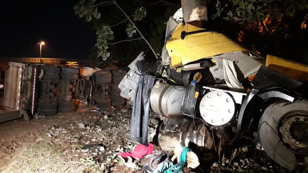 Motorista morre após caminhão carregado com açúcar atingir muro e capotar na Anhanguera; adolescentes ficam feridos