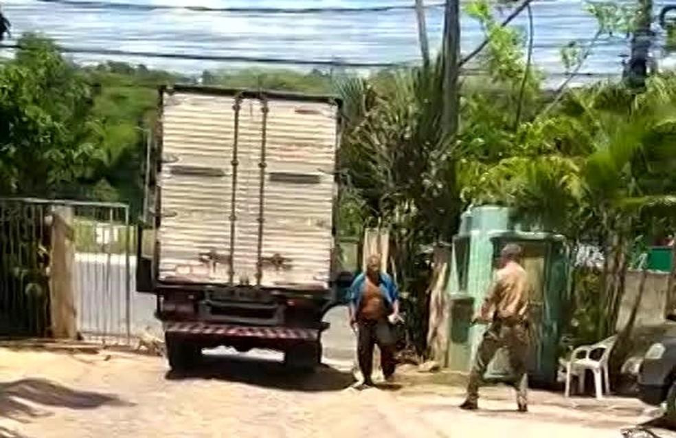 Homem que morreu parou caminhão na frente do estacioinamento do fórum e, armado com facão, ameaçou policial, sendo atingido por um tiro na coxa — Foto: Reprodução/WhatsApp