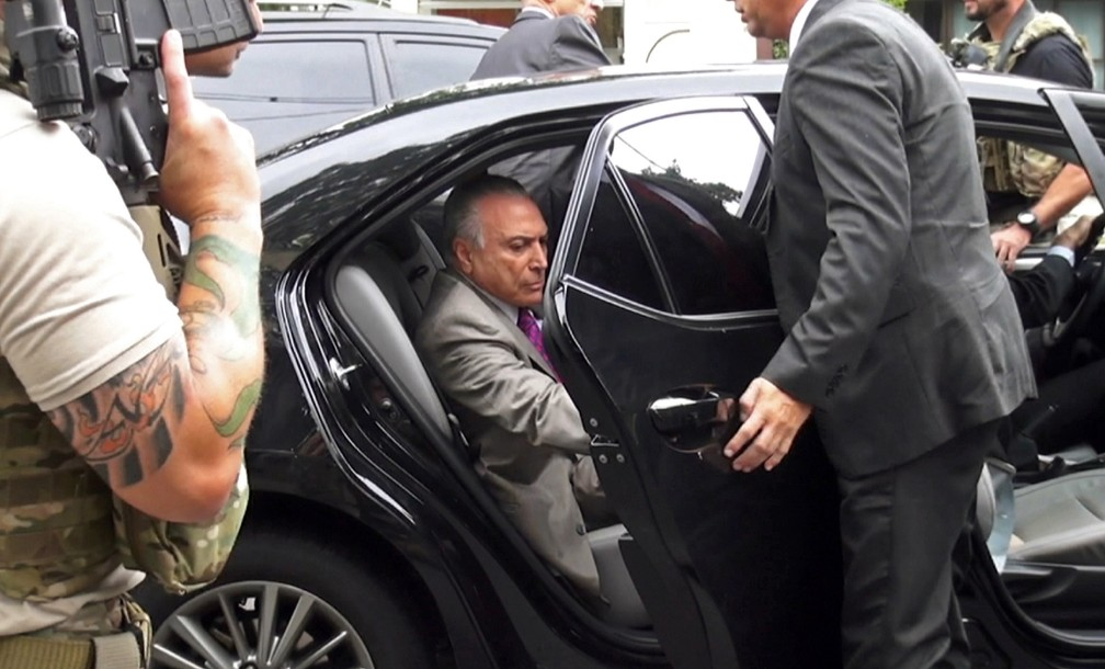 Ex-presidente Michel Temer é levado preso após ser abordado pela Polícia Federal no meio de uma via em São Paulo. Ele é suspeito de comandar uma organização criminosa para desvios de dinheiro público — Foto: Mariana Mendez/Band TV via AFP