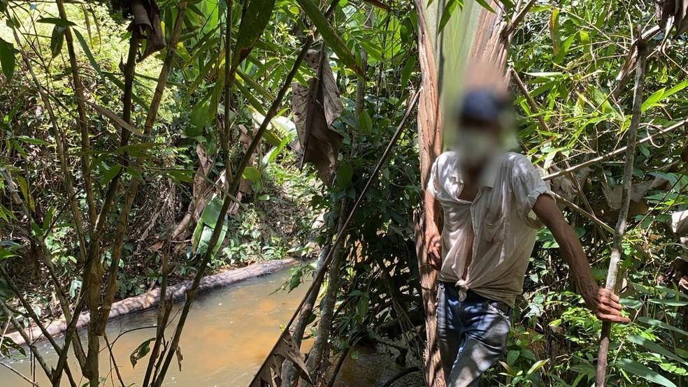 Córrego era usado para banho por falta de banheiro no barraco improvisado — Foto: MPT-MT