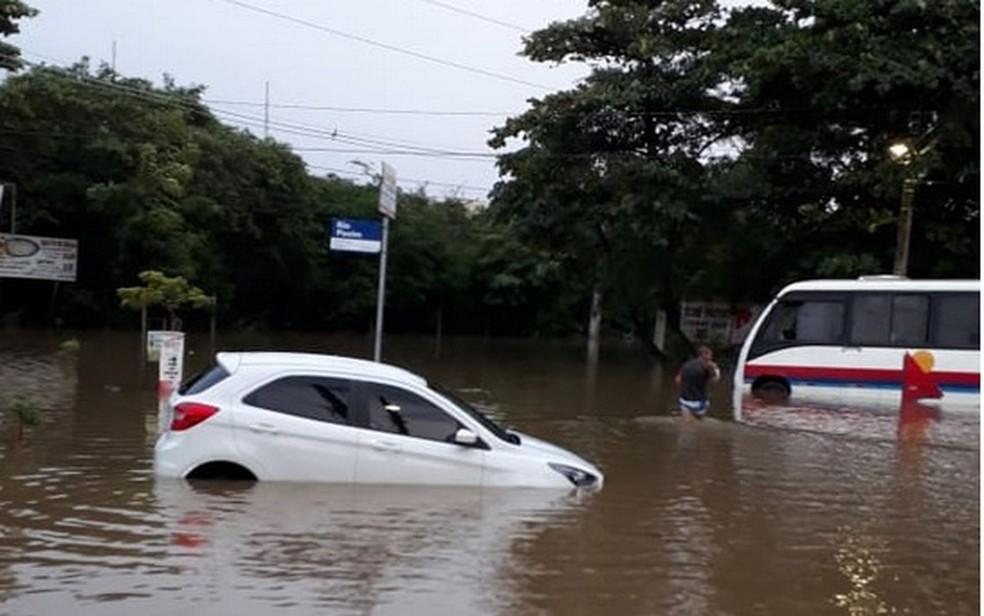 No Conjunto Santa Lúcia este carro ficou ilhado — Foto: Reginaldo Jabotina