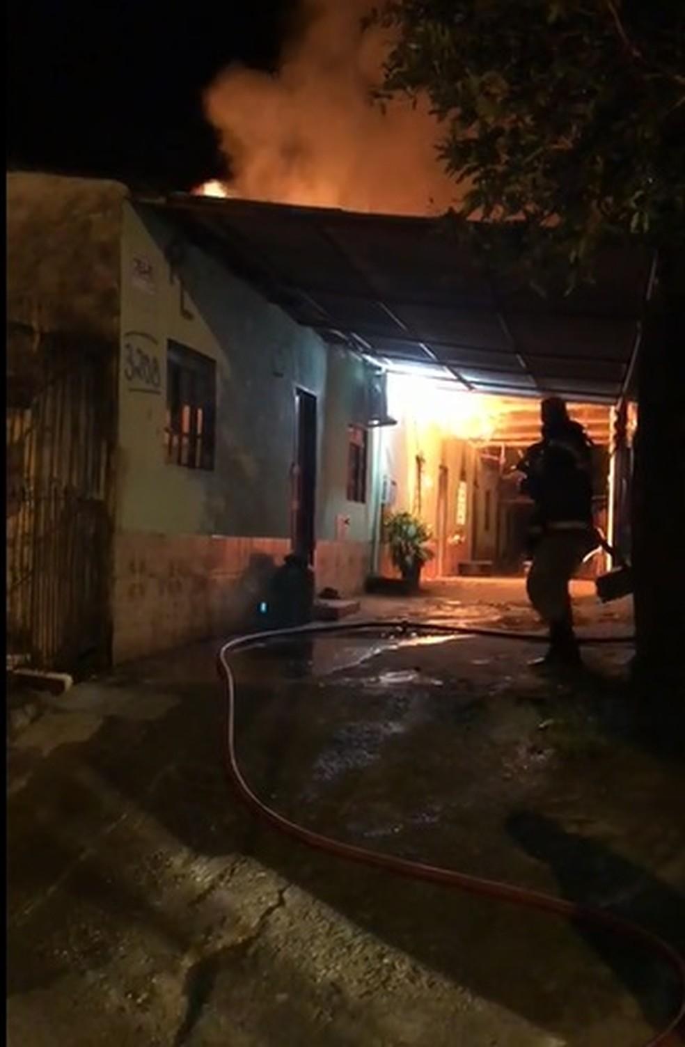 Uma mulher chegou a passar mal ao ver um dos apartamentos queimando e ficou aos cuidados de familiares.  — Foto: Reprodução