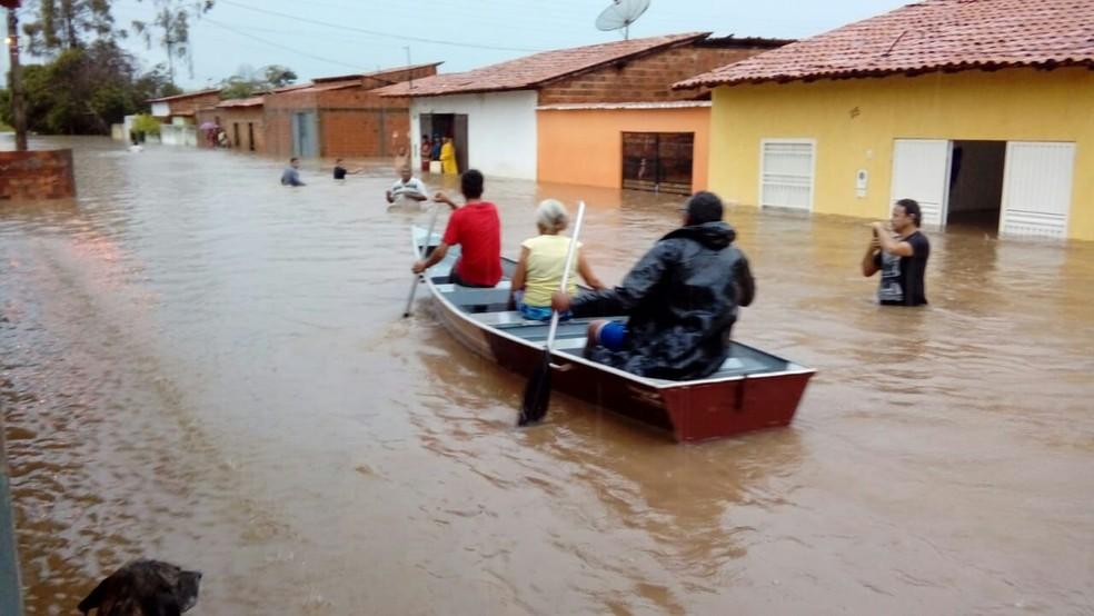 Para conseguir andar pelas ruas do município, os moradores estão usando canoas. (Foto: Divulgação/Paulino Silva)