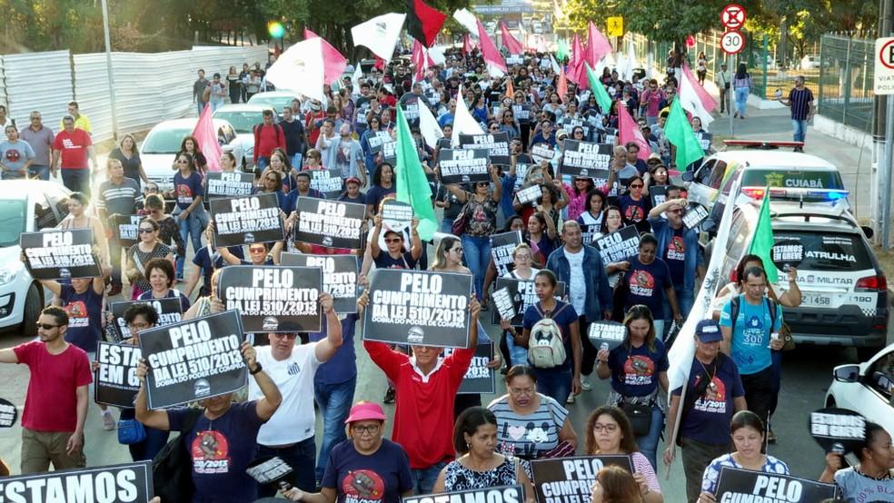 Professores protestam contra lei que congela salários por dois anos — Foto: Reprodução/TV Globo