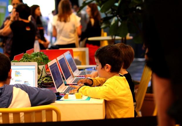 Os pequenos também tiveram um espaço dedicado a eles no estande do Google. De maneira lúdica, monitores ensinavam os passos mais básicos da programação a grupos que se revezavam de hora em hora. (Foto: Felipe Maia/Época NEGÓCIOS)