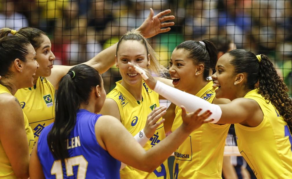 Jogadoras do Brasil comemoram ponto contra os EUA (Foto: FIVB)