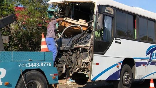Acidente entre ônibus e caminhão de lixo deixa feridos em Alvorada
