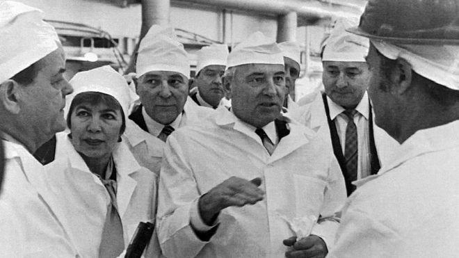 O ex-presidente soviético Mikhail Gorbachev (ao centro) e sua esposa Raisa Gorbacheva (à esq.) visitaram a usina em 1989 (Foto: AFP)