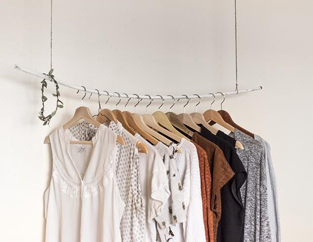 Aprenda com as nossas dicas como organizar o guarda-roupa (Foto: Priscilla Du Preez / Unsplash)
