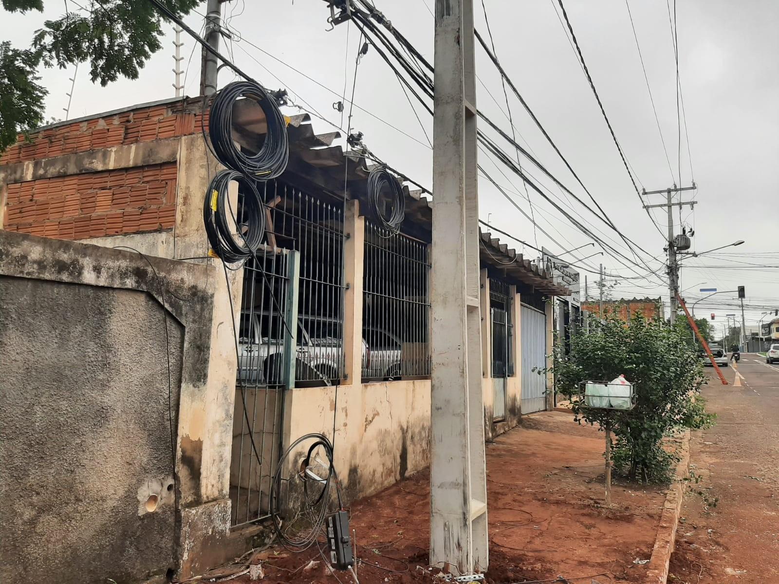 Idoso cai de telhado e morre ao tirar galhos de árvore que caíram durante tempestade em Campo Grande