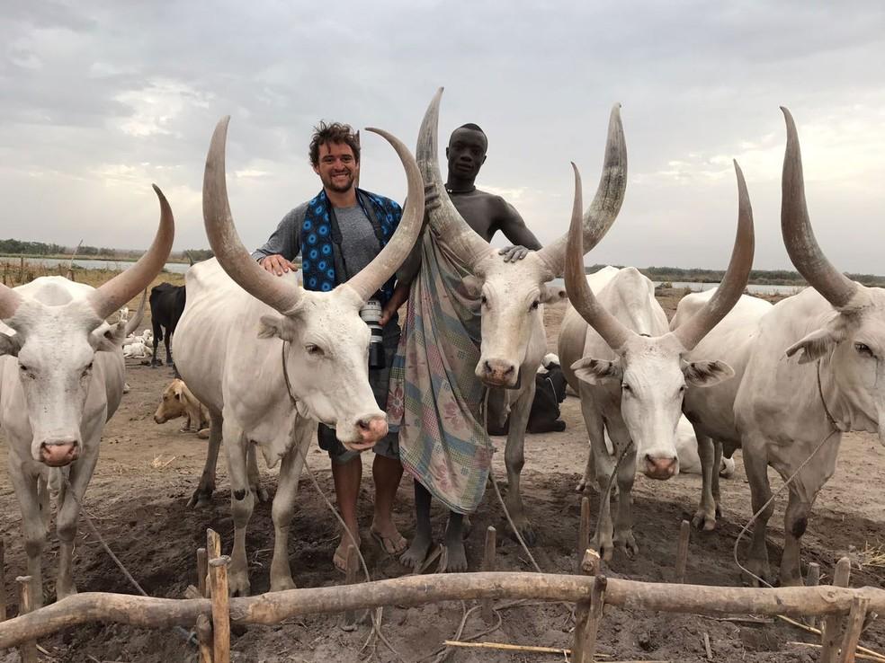 O fotógrafo brasileiro Bruno Feder ao lado de membro da etnia Mundari, no Sudão do Sul (Foto: Arquivo pessoal/ Bruno Feder)