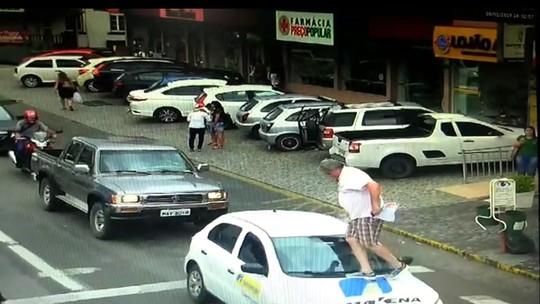 Vereador passa por cima de capô de carro parado na faixa de pedestre em SC; VÍDEO