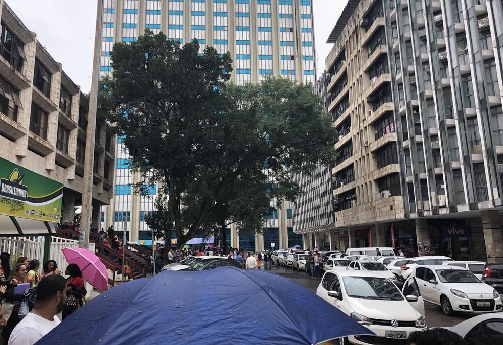 Funcionários deixam prédios do Setor Comercial Sul após tremor de terra (Foto: Marcelo Moraes/Arquivo pessoal)