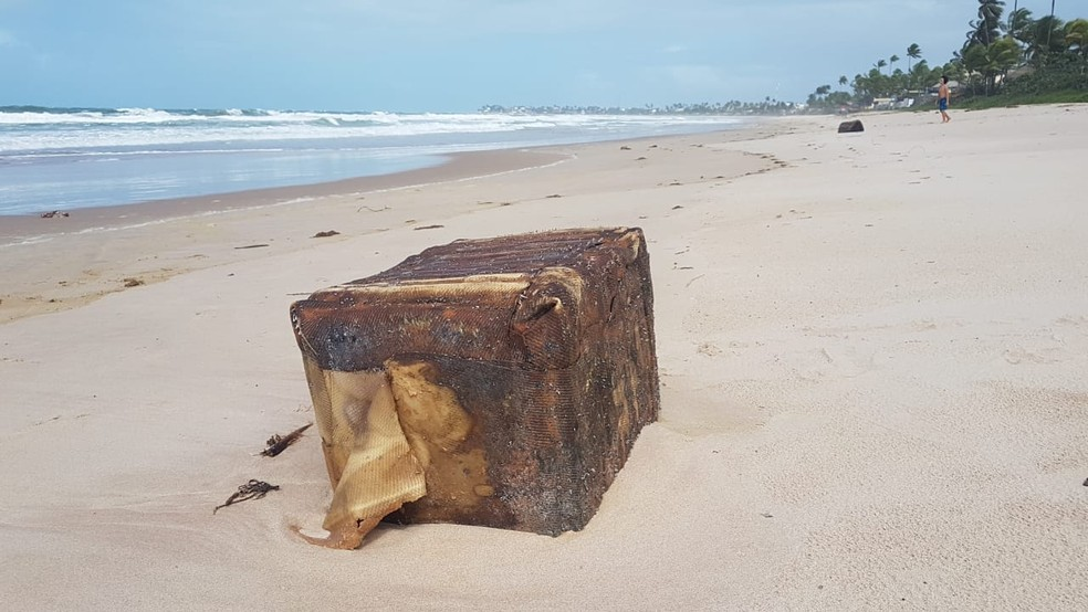 'Caixas misteriosas' reaparecem no litoral pernambucano — Foto: Clemente Junior