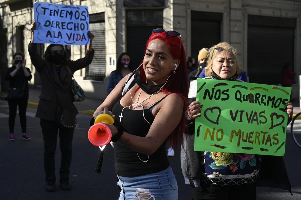 'Temos direito à vida' e 'Nós nos queremos vivas, não mortas': cartazes erguidos em protesto de profissionais do sexo contra a violência policial, em Buenos Aires, na Argentina, nesta segunda (21) — Foto: Juan Mabromata/AFP