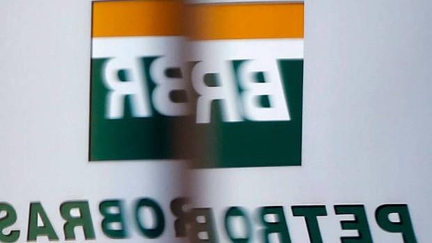 Logo da BR Distribuidora é visto através de vidro diante da sede da Petrobras (Foto: Paulo Whitaker/Reuters)
