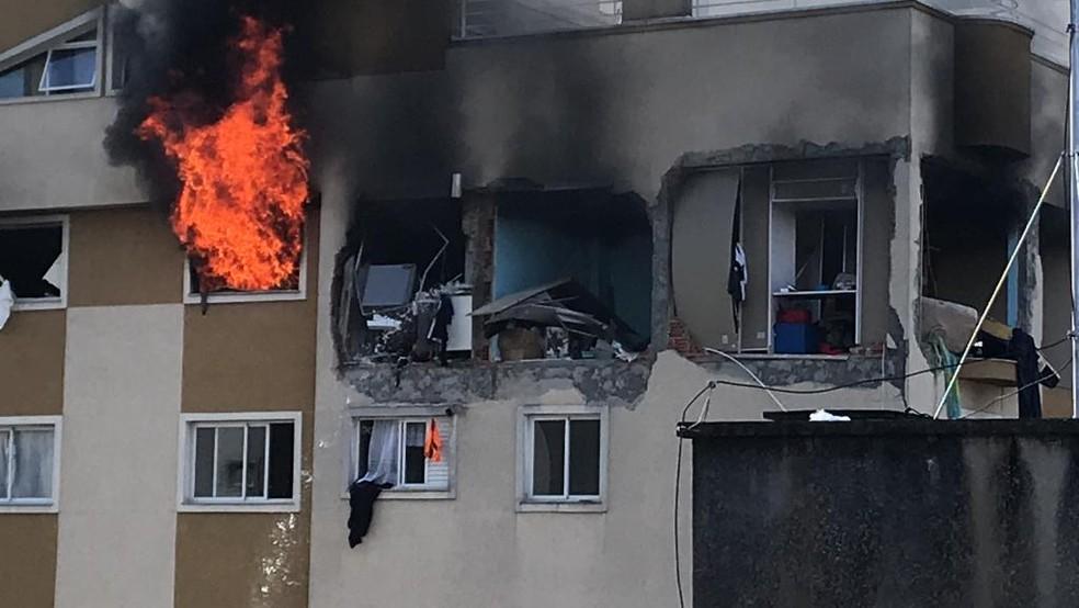 Apartamento pegou fogo depois de explosão, na manhã de sábado (29), em Curitiba — Foto: Cassiano Rolim/RPC