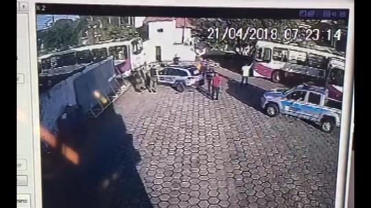 Greve dos rodoviários chega ao 3º dia e PMs tentam negociar saída de ônibus de garagem em Belém