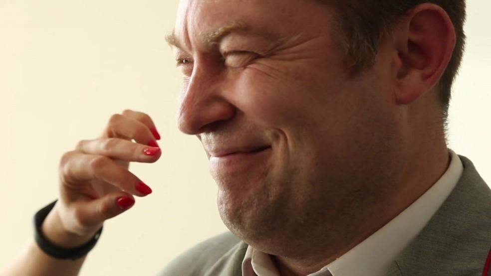 -  Funcionários da companhia de trem estão passando por treinamento para aprender a sorrir  Foto: BBC