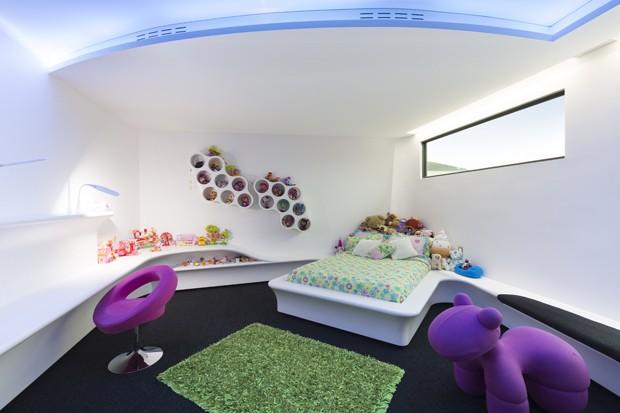 Casa futurista tem décor surpreendente com cores fortes  (Foto: Ian Tem Seldam/Divulgação)