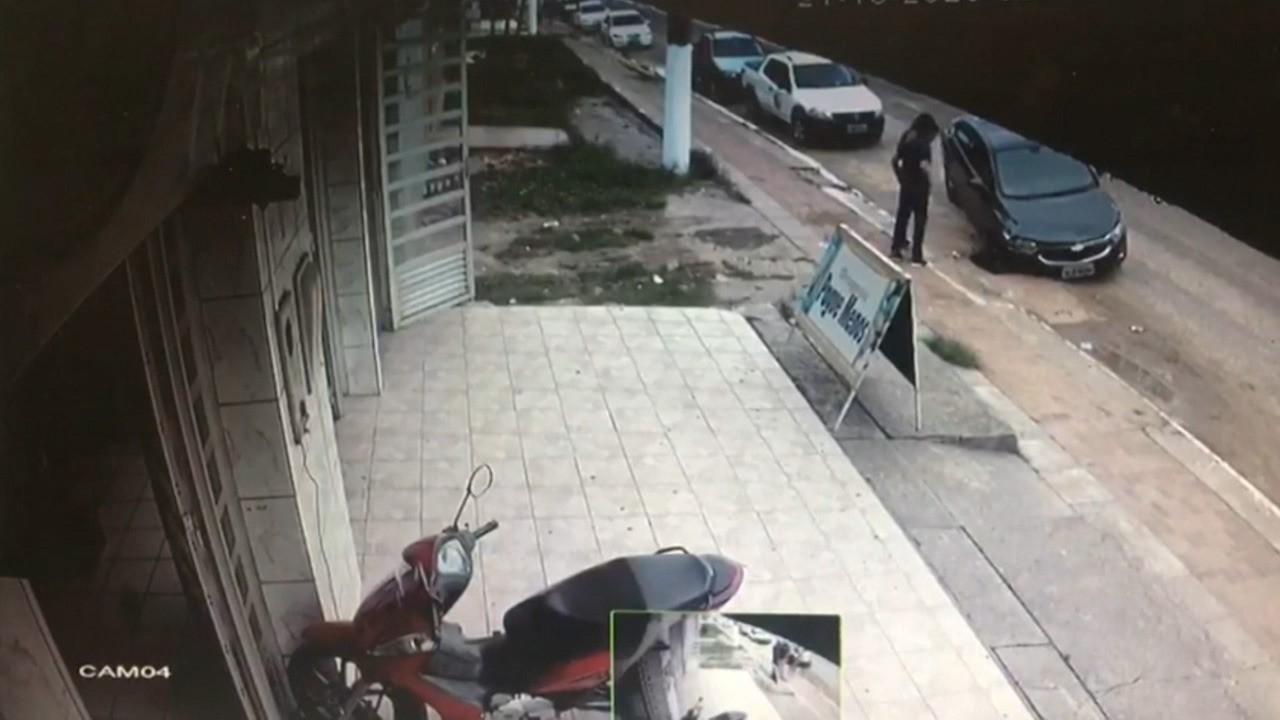 Carro cai em buraco na avenida cel. Mâncio Lima em Cruzeiro do Sul