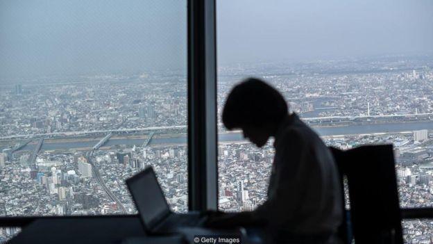 'Ghosting' é o termo usado para a prática de desaparecer da empresa sem dar explicação tampouco pedir demissão  (Foto: Getty Images/via BBC News Brasil)