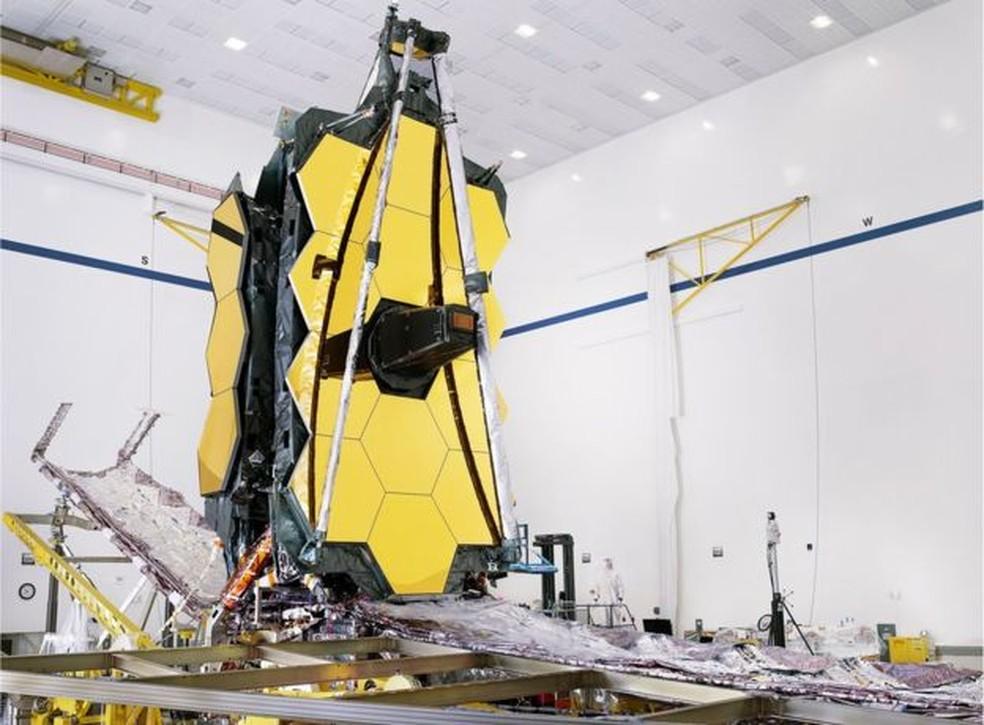 O espelho do JWST mede 6,5 metros e precisará ser dobrado em 18 segmentos hexagonais para caber dentro do foguete de lançamento — Foto: Nasa/Chris Gunn/BBC