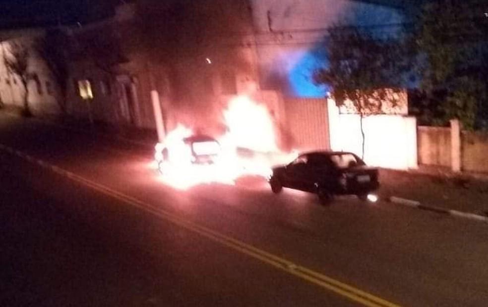 Quadrilha com fuzis incendeia carros, atira contra polícia e explode banco em Bragança Paulista — Foto: Redes Sociais