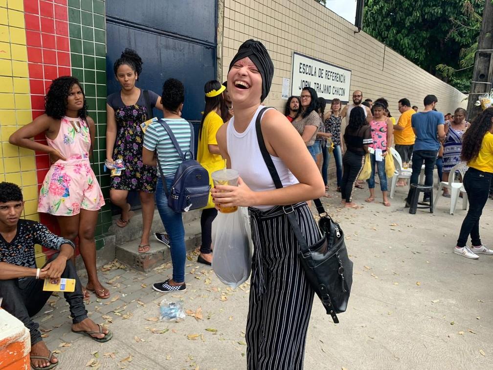 ENEM 2019 - DOMINGO (3) RECIFE (PE) -  Debora Stefanny, de 19 anois, que foi escalpelada em acidente de kart, chegou a escola para fazer prova  com água e comida e muito animada — Foto: Priscila Aguiar/G1